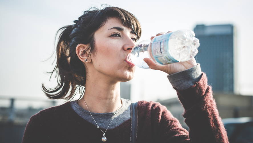 Does drinking water reduce oily face?