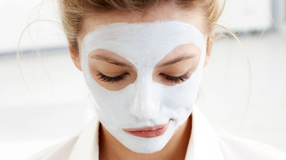 How do you make a hydrating face mask?